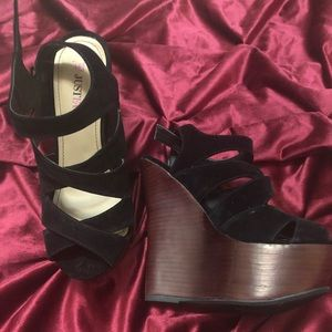 Gorgeous strappy black wedges w/ brown wedge! NEW